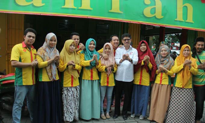 Pengunjung dan Pelayan Warkop Antusias Salam Punggawa, Bukti Dukungan ke IYL-Cakka