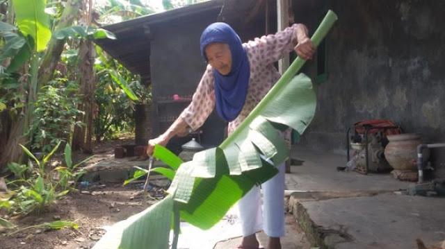 Kumpulkan Uang Dari Jualan Daun Pisang, Nenek Berumur 90 Tahun Ini Kini Bisa Berangkat Haji