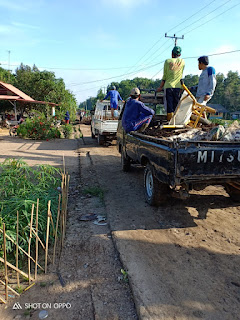 Warga Desa Banyu Biru Gotong-Royong Perbaiki Jalan Rusak