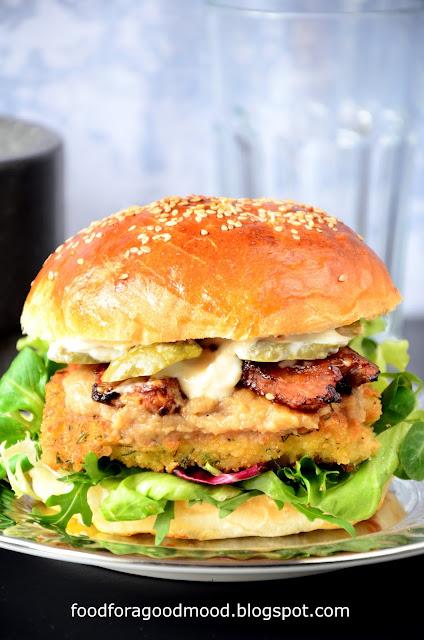 Ten fishburger to prawdziwa feria smaków i uczta dla podniebienia!   Świeże sałaty, ryba w koperkowej panierce, sos cebulowy, chrupiący bekon i ogórek konserwowy. No i odrobina majonezu, rzecz jasna!   Gorąco namawiam do spróbowania i gwarantuję, że każdy będzie zadowolony :)