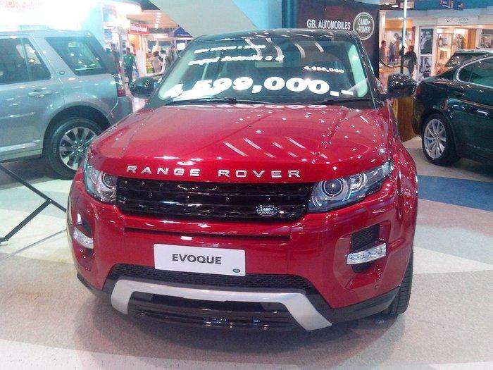 Land Rover красного цвета