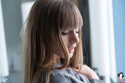 Chica rubia con ojos cerrados modo white