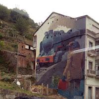 Mural xunto ás vías do tren cunha alegoría da emigración