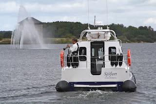 03e111e0760a Patrik Flydén från Stauns Foto fick uppdraget att fota vigseln från  vattnet. Självklart är det Bröllopsstadens egen Peter Glimvall som viger.