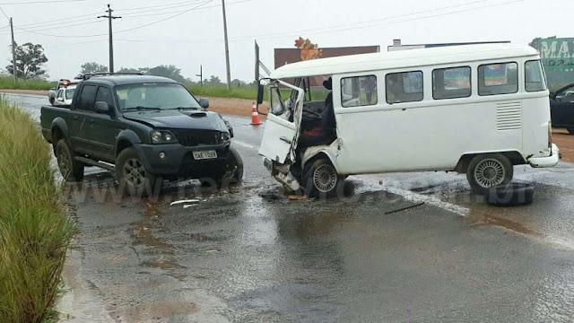 Kombi e caminhonete batem de frente; um motorista ficou preso às ferragens