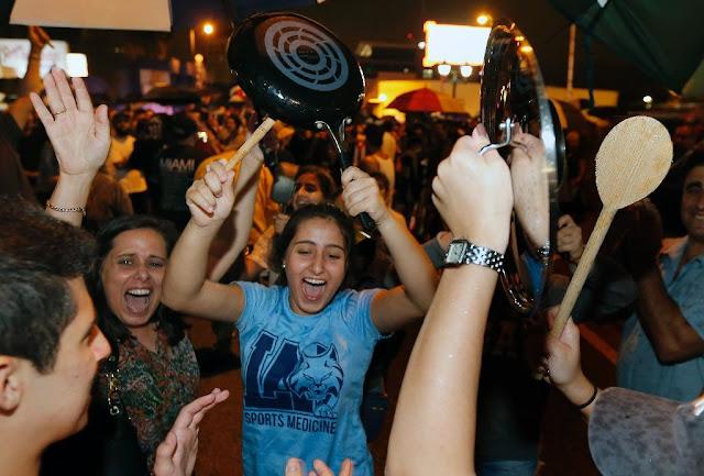 Nem chuva, nem a fadiga drenaram a energia dos cubanos-americanos em Miami, os cubanos passaram a segunda noite celebrando a morte de  Fidel Castro