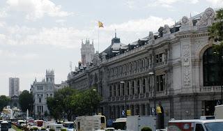 Foto del Banco de España y la calle Alcalá, al fondo la plaza de Cibeles y el Ayuntamiento.