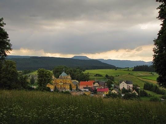 Panorama ze Wzgórza Kalwarii na Bazylikę i Góry Stołowe.