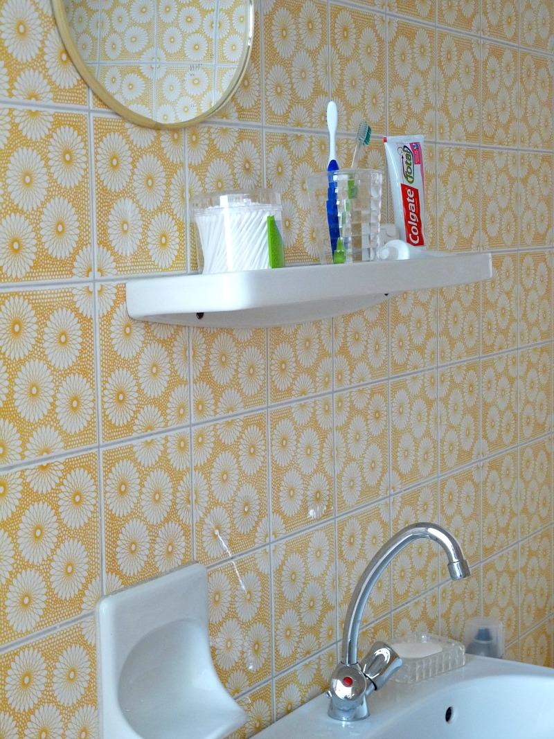 Yellow spirograph tile