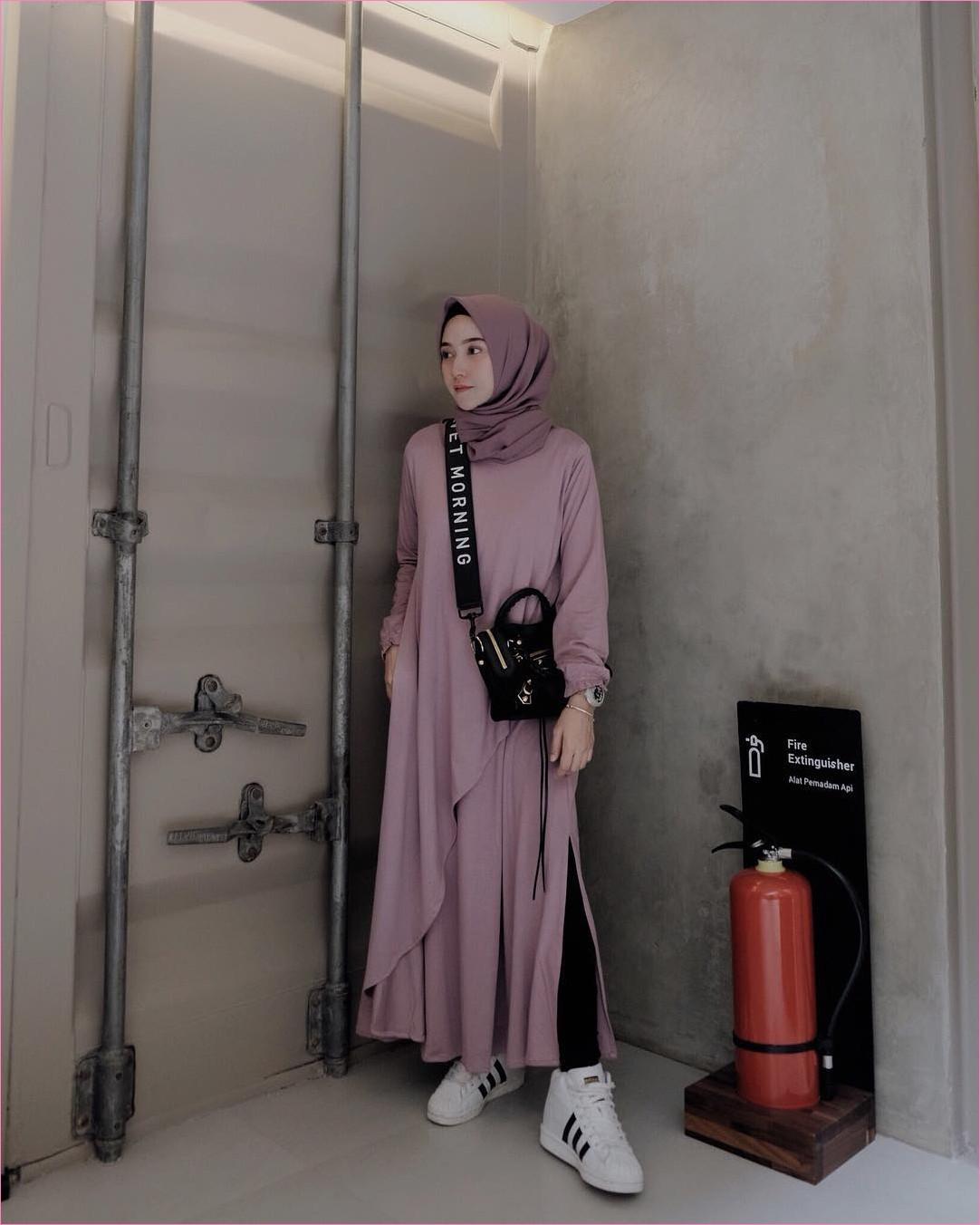 Outfit Baju Hijab Casual Untuk Kuliah Ala Selebgram 2018 tunic abaya ungu muda square hijab kerudung segiempat ungu tua ciput rajut legging handbags hitam jam tangan kotak gelang emas sneakers kets putih adidas gaya casual kain sutra katun rayon ootd 2018 selebgram outfit tembok