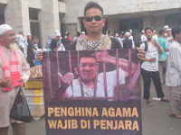 Peserta Aksi 55 Bertampang 'Sangar' ini Bentangkan Spanduk 'Bernyali'