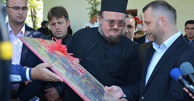 """Ово се не ради тек механички, протоколарно, већ са великом помпом и уз силне хвалоспеве, благослове, молитве за издајнике и захвалност Господу Богу што им је """"послао човека"""".   Последњи такав догађај збио се данас у селу Бањска код Вучитрна. Такозвани """"министар за повратак"""" у такозваној """"влади"""" шиптарских сепаратиста са Косова и Метохије, који су крвљу и огњем протеривали Србе и за њима све српско затирали, обећава да ће они наставити да """"обнављају и изграђују"""", како каже """"наше"""" светиње. С обзиром на чињеницу да је он послушник са платне листе шиптарских сепаратиста, те тако и издајник српске државе и народа, ово се најпре трба схватити као поступак обнављања српских храмова који на отетој српској земљи постају и сами отети од стране шиптарских сепаратиста након таласа злочина од стране њихових терориста и екстремиста.   Присетимо се последње Вучићеве посете Косову и Метохији, која је сва протекла у срамном и понижавајућем тону по српски народ, и његовог питања """"има ли у Бањској макар камен који је Иса Мустафа уложио у обнову"""" (овде).   - """"Ако би ми Мустафа показао овде у Бањској, када већ причате о државној имовини, један камен који је он уложио, да ми покажете тај камен, јер ја бих могао да вам покажем камење које сам чак и ја уложио, онда бих и могао да размислим о његовом ставу - рекао је Вучић.   После овога врло лако ћемо схватити свеукупну намеру ових људи. Посебно када знамо да је присни сарадник (послушник) Јевтића и његових послодаваца а шиптарских сепаратиста и Горан Ракић из странке СНС, односно шиптарски градоначелник """"Северне Митровице"""" (овде) при сепаратистичким структурама међу којима је највише оних из чијих пора на кожи руку још увек није испрана српска крв, лако ћемо доћи до закључка да се српске светиње предају тим истим окрвављеним шиптарима."""
