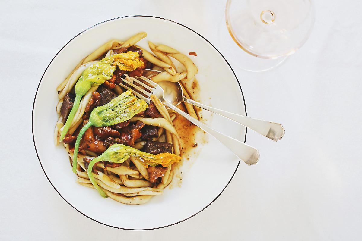 Maccheroni Calabresi, confierte Zucchiniblüten, geschmorte Ochsenschulter und fruchtiger Rosé | Arthurs Tochter kocht von Astrid Paul. Der Blog für Food, Wine, Travel & Love