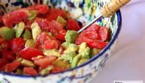 """<img src=""""ensalada-de-aguacate.jpg"""" alt=""""ensalada de aguacate en un recipiente con tomate y aceite de oliva"""">"""