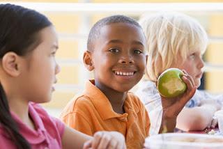"""<img src=""""alimentación-saludable-en-niños.jpg"""" alt=""""una alimentación saludable en niños es baja en dulces, azúcar refinado y rica en frutas, carnes, pescado y lácteos"""">"""