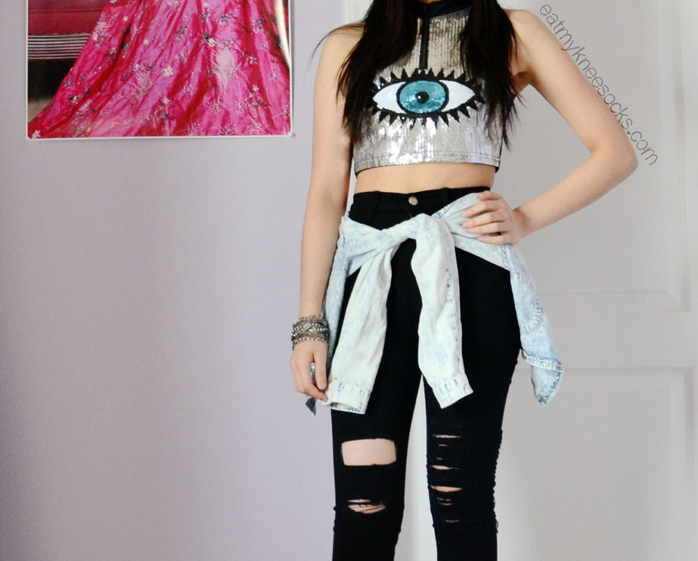c3614712d9d27 Rock and grunge-inspired outfit featuring the ripped black skinny jeans and  sequined eye pattern