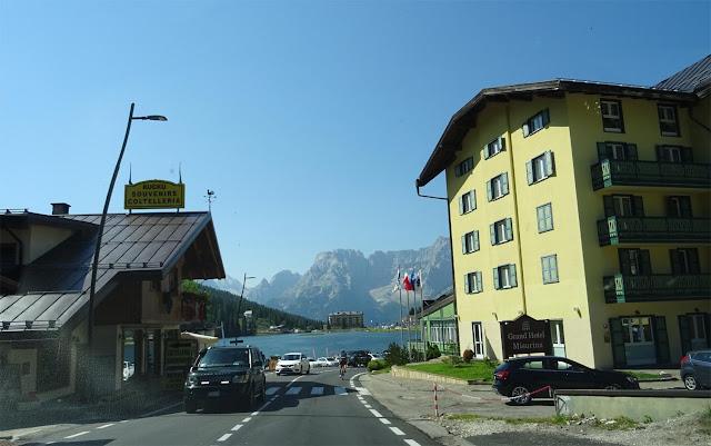 Misurinasee von der Fahrbahn aus, Große Dolomitenstraße, gelbes Haus