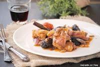 Pollo rustido con cerveza, ciruelas y piñones.cocinando-con-neus