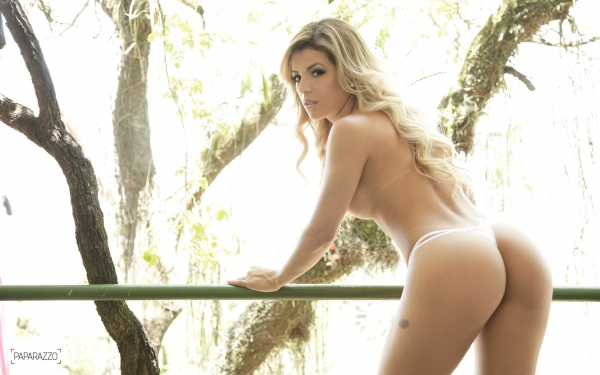 Rosna Ferreira mostrando a bunda
