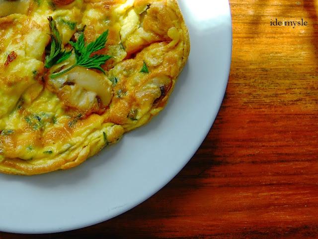 jadalne pędy chmielu, chmielowe szparagi, jadalne chwasty, dzikie rośliny jadalne, omlet jajeczny, przepis na pędy chmielu, hop shoots recipe, humulus