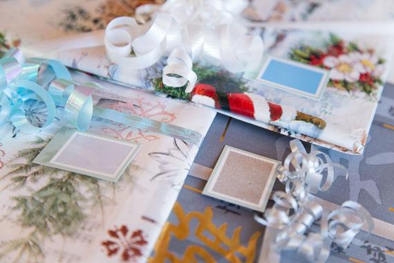 Pakettikortti joululahjaan postimerkin reunuksesta ja pakkauskartongista