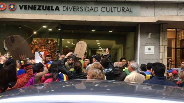 Venezolanos en España protestan en el Centro Cultural de Venezuela