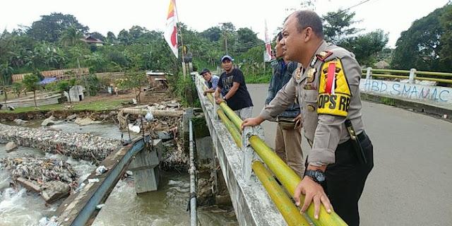 Puncak Sedang Hujan Saat Bos Matahari Terjatuh di Sungai Ciliwung