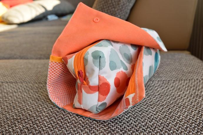 Halb geöffnete RollUp Tasche mit Einsicht ins Innere
