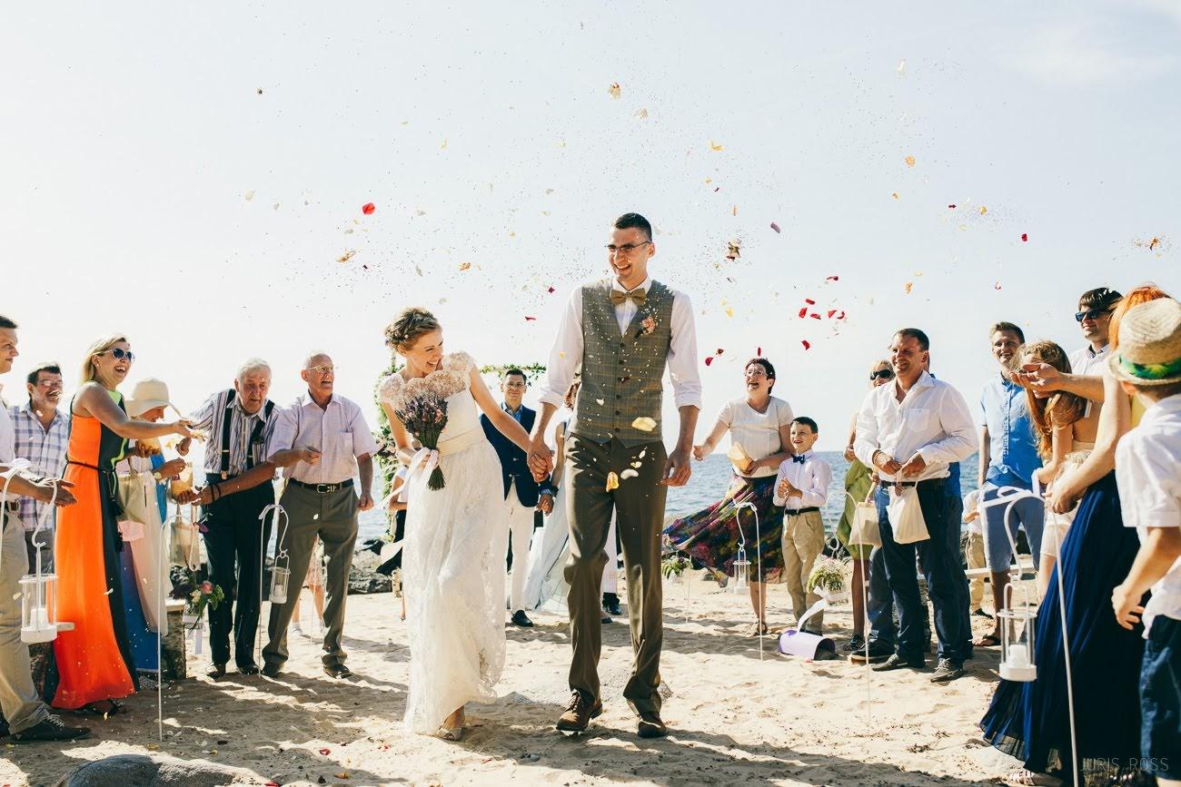 kāzu ceremonija pie jūras krastā