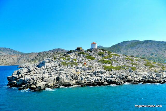 Moinho de vento na Enseada de Panormiti, Ilha de Sými, Grécia