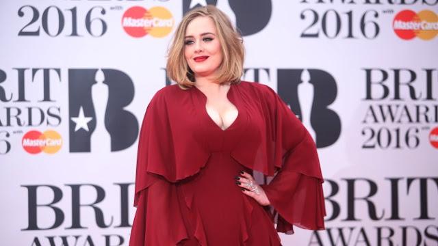 Adele recibe el titulo a la artista femenina más rica del Reino Unido.