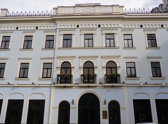 Чернівці. Центральна площа, 3. Колишній готель «Три корони» (зліва)