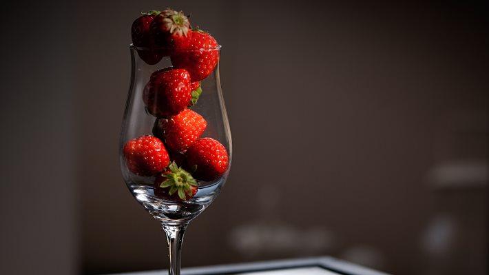 Wallpaper: Strawberries in glass