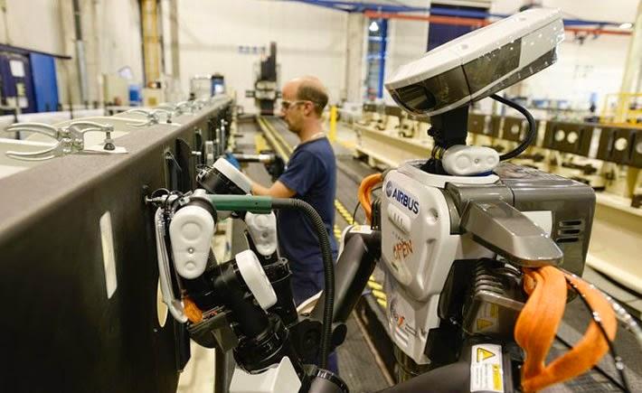 Airbus España inició el proyecto piloto Futurassy con el uso de un robot que trabaja junto a un operador en el remachado de piezas. (Foto: Airbus)