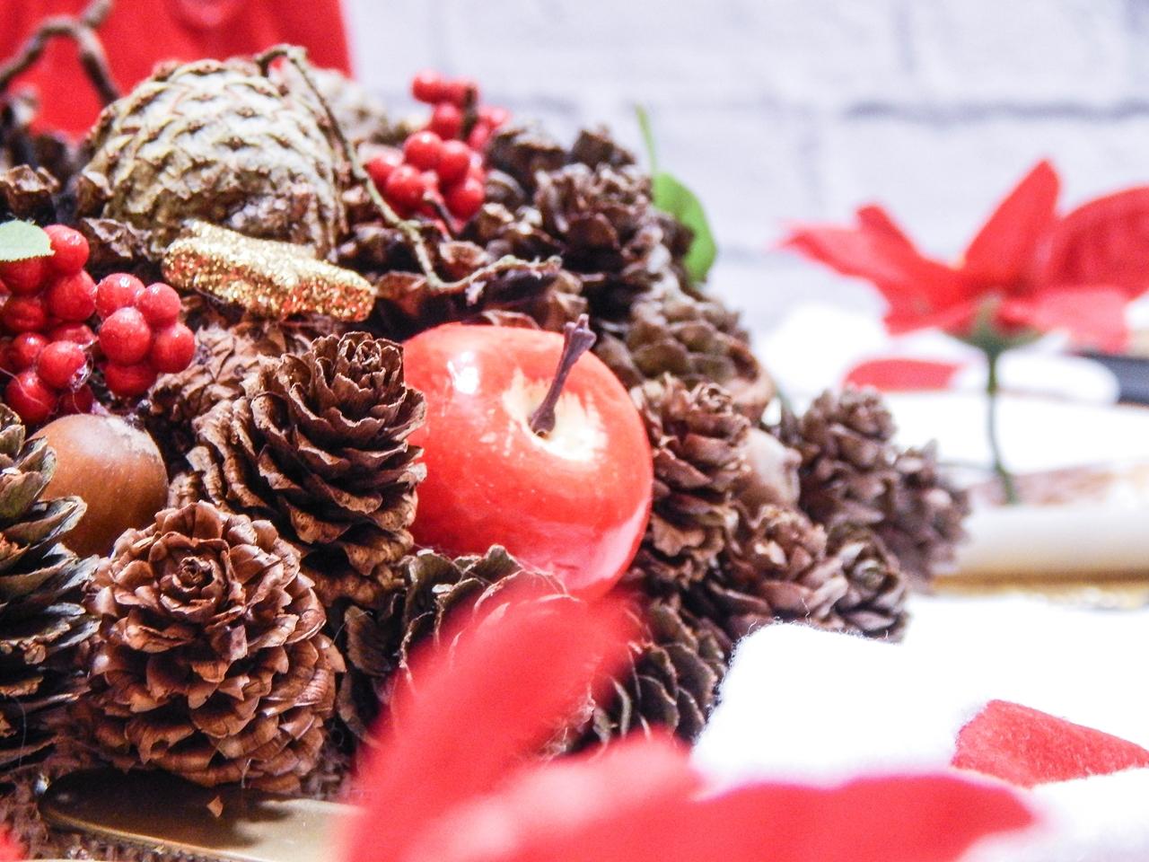 1 dekoracja świątecznego stołu jak udekorować stół na boże narodzenie dekoracja kolacja wigilijna dekoracja stroik na stół wigilijny wianek świeczka mikołajowe ubrania na butelki mikołaje na sztućce