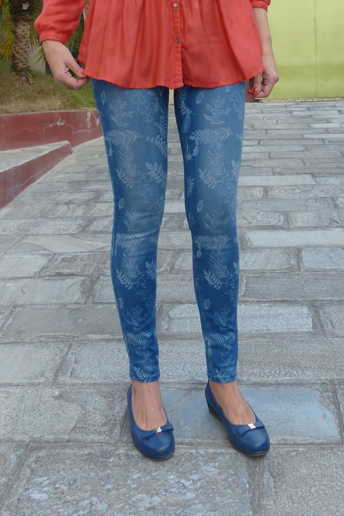 Printed skinny jeans, blue flats