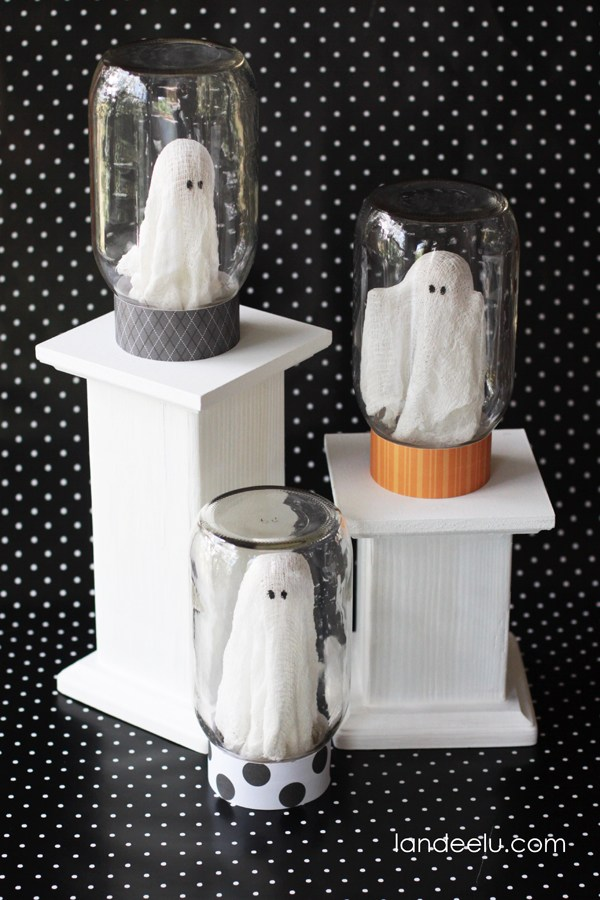 25 DIY Halloween Mason jar craft ideas. Halloween craft ghost jar ideas. Ghost in Mason jar craft decoration ideas. Halloween party decoration ideas. Best home décor ideas by Mason jar. Halloween craft and ghost decoration ideas.