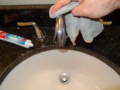 Tẩy vết rỉ sét bằng kem đánh răng