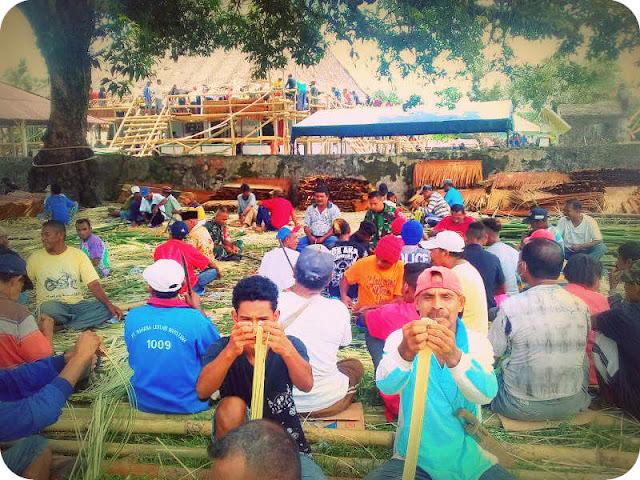 Umat Kristen Bantu Pemasangan Atap Masjid Desa Laimu