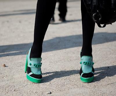 meia preta com sapato verde