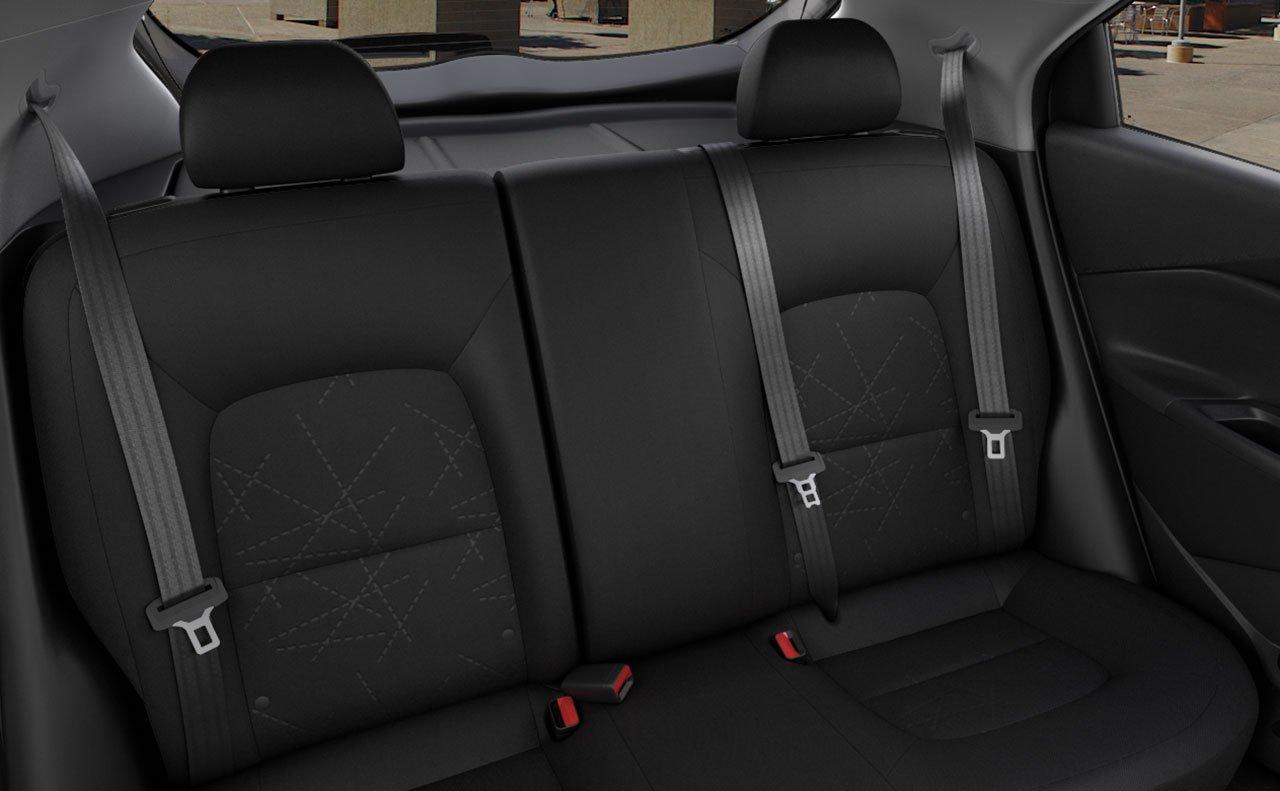 Hàng ghế sau của xe không quá rộng rãi, tuy nhiên lại sang trọng, chắc chắn