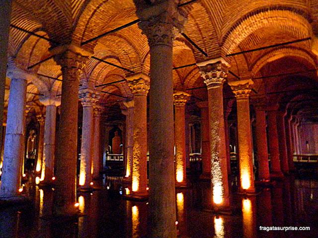 Colunas romanas sustentam o teto da Cisterna da Basílica, em Istambul