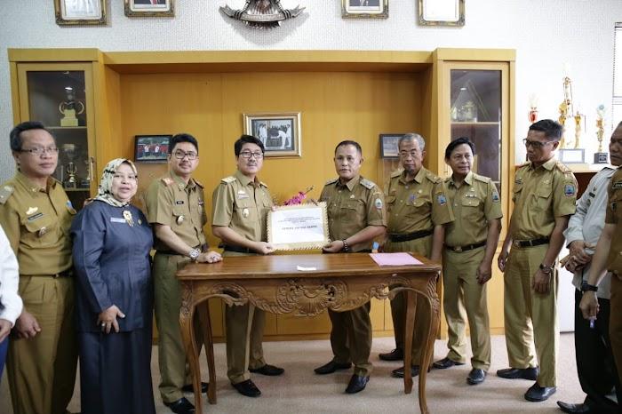 Pj. Sekdaprov Hamartoni Serahkan Bantuan Rp330,5 Juta untuk Korban Tsunami Selat Sunda di Lampung Selatan