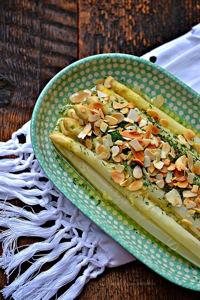 Białe szparagi z masłem czosnkowym i migdałami
