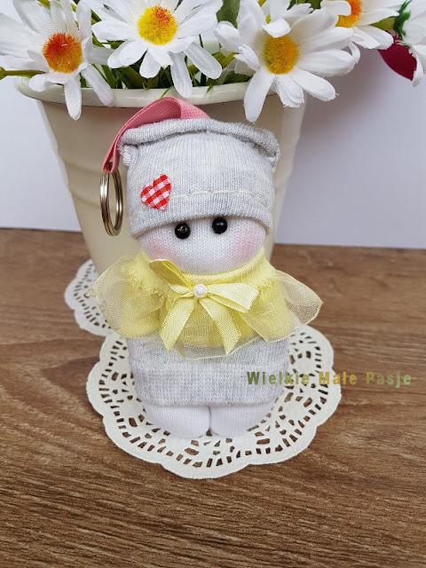 skarpetkowa lalka, skarpetkowe lalki, lalki uszyte ze skarpetki, zabawki ze skarpetki, lalki ręcznie szyte, skansen w Klukach, lalki ludowe, polskie lalki ludowe, polski strój ludowy, ludowe lalki ręcznie szyte, polska sztuka ludowa, folklor, polski folklor, ludowe skarpetki, sock doll, sock dolls, dolls sewn from socks, toys from socks, hand-sewn dolls, open-air museum in Kluki, folk dolls, Polish folk dolls, Polish folk costume, folk hand-sewn dolls, Polish folk art, folklore, Polish folklore, folk socks, куклы-носки, куклы, сшитые из носков, игрушки из носков, куклы ручной работы, музей под открытым небом в Клюки, народные куклы, польские народные куклы, польский народный костюм, народные ручные куклы, польское народное искусство, фольклор, польский фольклор, народные носки, calcetín, muñecos, muñecos cosidos, calcetines, muñecos cosidos a mano, museo al aire libre en Kluki, muñecas populares, muñecas populares polacas, trajes populares polacos, muñecos cosidos a mano, arte popular polaco, folklore, folclore polaco, calcetines populares, poupées chaussettes, poupées chaussettes, poupées cousues, chaussettes, poupées cousues à la main, musée en plein air à Kluki, poupées folkloriques, poupées folkloriques polonaises, costumes folkloriques polonais, poupées folkloriques cousues à la main, folklorique polonais, folklore, folklore polonais, chaussettes folkloriques