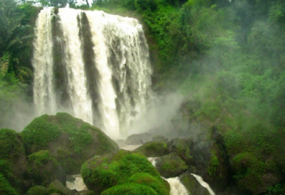 Grojogan Sewu Tawangmangu, air terjun ini begitu besar dan airnya deras