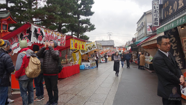 Deretan penjual menuju Fushimi Inari Taisha