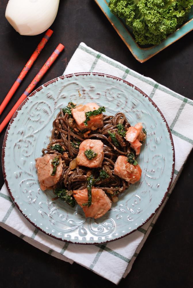 fideos-soba-salmon-col-kale-sin-gluten
