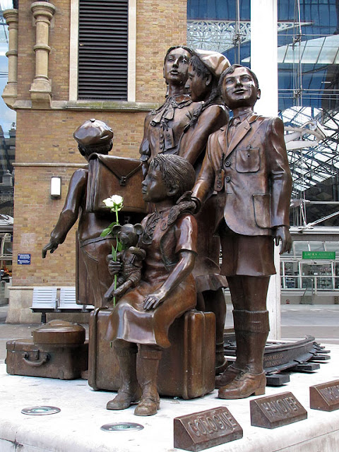 Kindertransport – The Arrival by Frank Meisler, Liverpool Street station, London