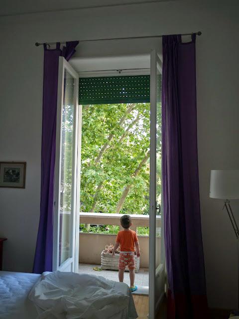 Bruno asomándose al balcón de nuestro apartamento en Roma